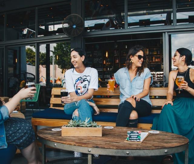 ragazze in un pub