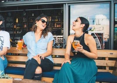 ragazze al bar